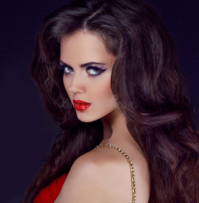 Retrato da mulher elegante com bordos vermelhos imagem de stock