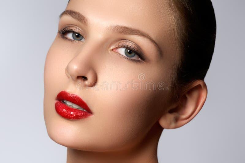 Retrato da mulher elegante com bordos vermelhos Modelo novo bonito w fotos de stock
