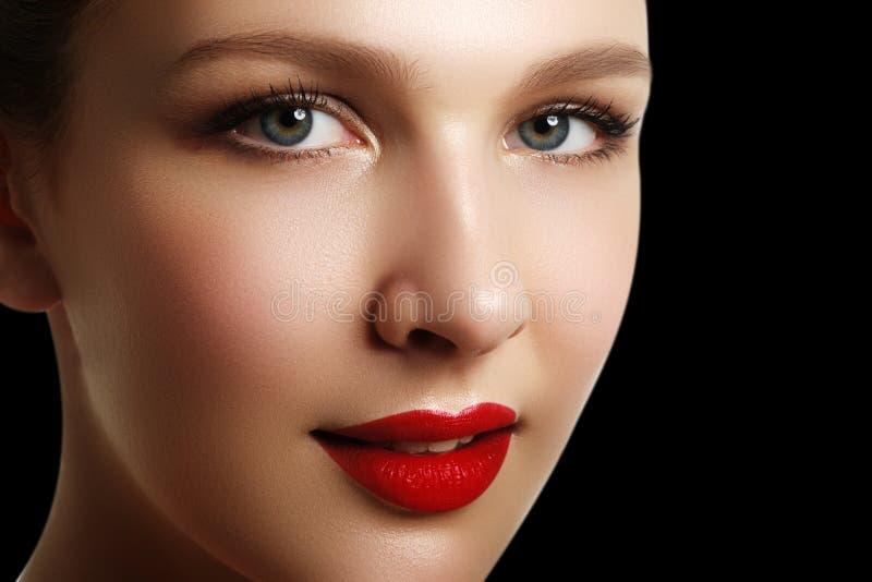 Retrato da mulher elegante com bordos vermelhos Modelo novo bonito w imagem de stock