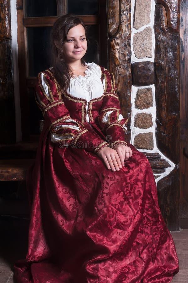 Retrato da mulher elegante no vestido medieval da era foto de stock royalty free