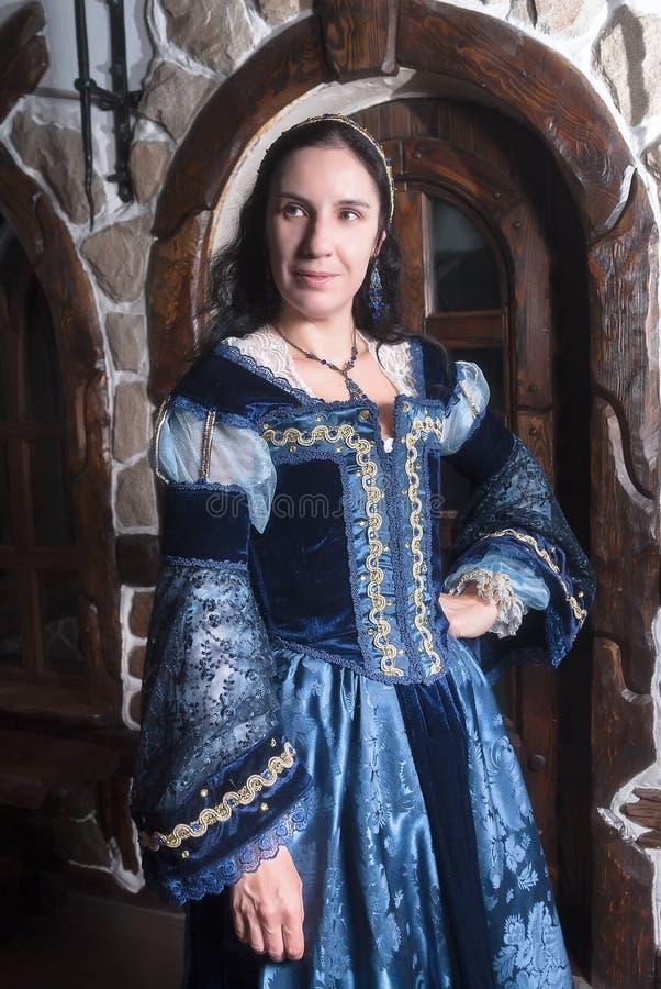 Retrato da mulher elegante no vestido medieval da era imagens de stock royalty free