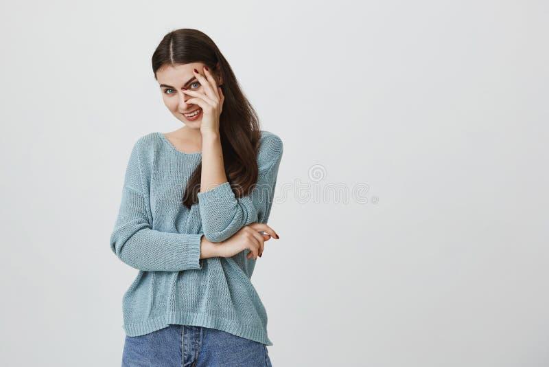 Retrato da mulher encantador na camiseta azul com cabelo reto escuro que sorri felizmente ao receber a notícia positiva considera imagem de stock royalty free