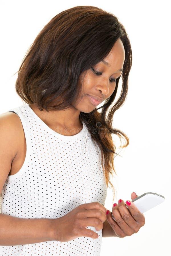 Retrato da mulher encantador ocupada com o penteado moderno que guarda o telefone esperto nas mãos usando o e-mail de Internet do imagens de stock royalty free