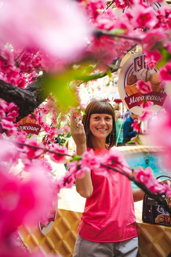 Retrato da mulher entre a árvore de sakura no shopping imagem de stock