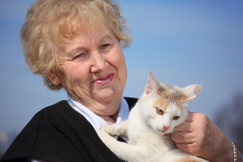 Retrato da mulher envelhecida com gato foto de stock