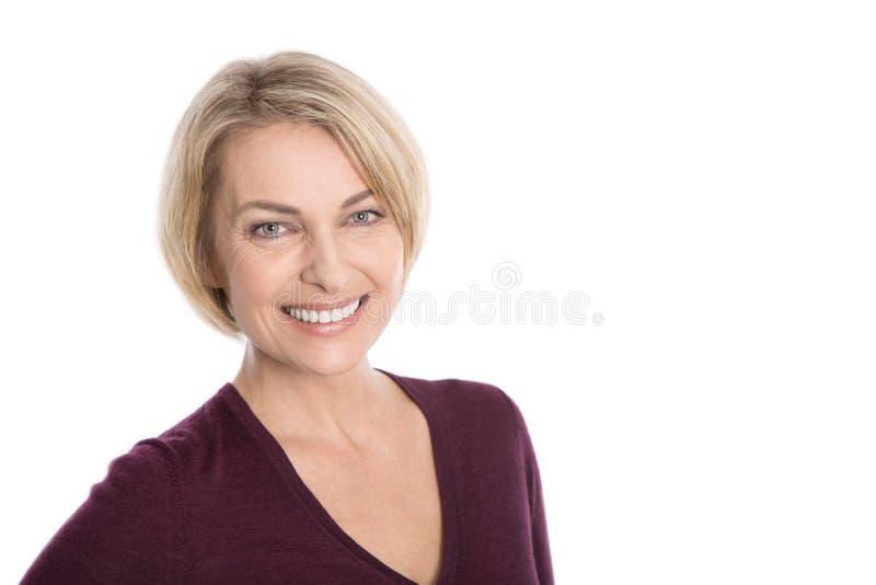 Retrato da mulher envelhecida feliz sobre o fundo branco. imagem de stock royalty free