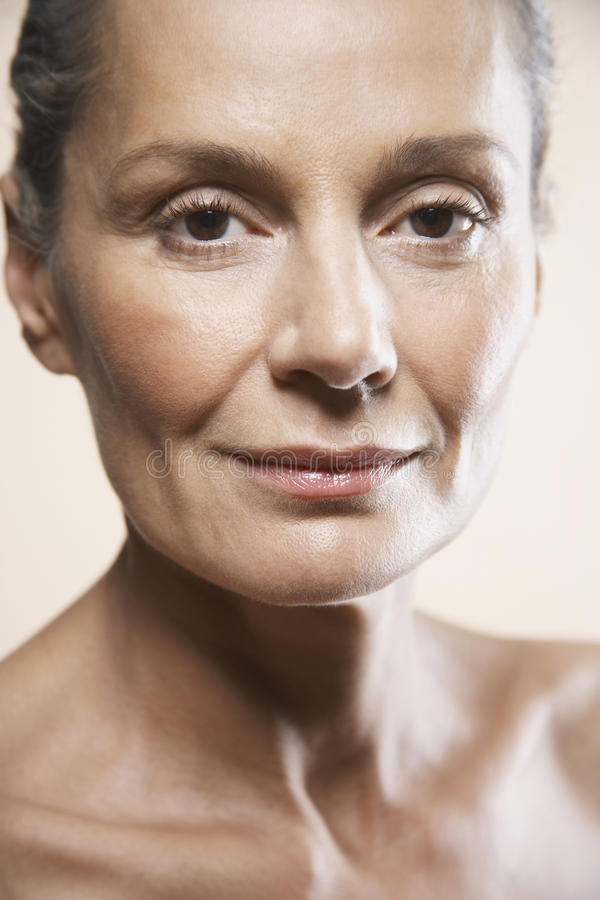 Retrato da mulher envelhecida meio imagens de stock