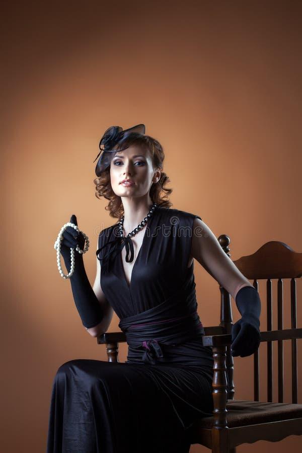 Retrato da mulher envelhecida meio elegantemente vestida foto de stock