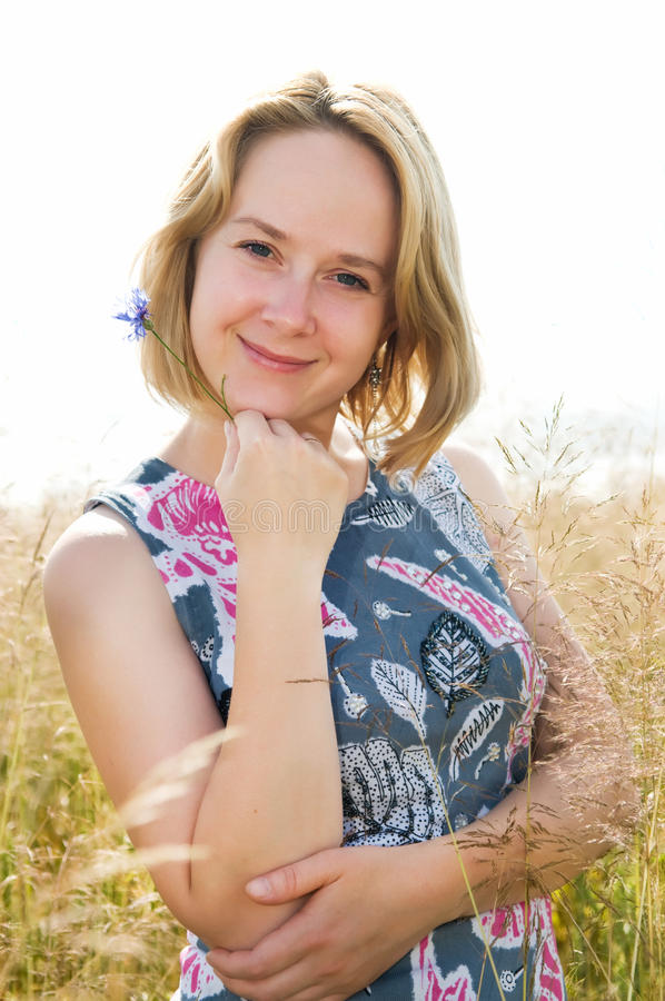 Retrato da mulher feliz ao ar livre fotos de stock
