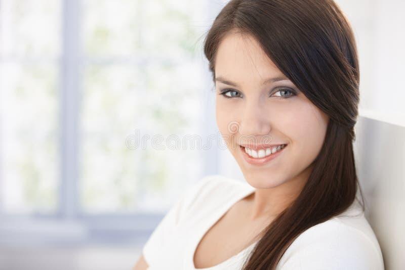 Retrato da mulher feliz atrativa foto de stock