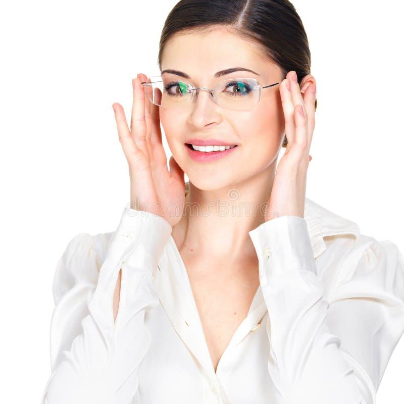 Retrato da mulher feliz bonita nos vidros foto de stock