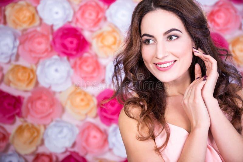 Retrato da mulher feliz bonita nova que sonha sobre o fundo fotografia de stock
