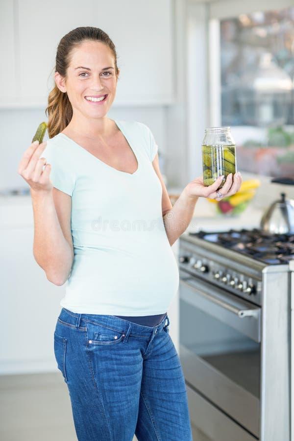 Retrato da mulher feliz com frasco da salmoura fotos de stock