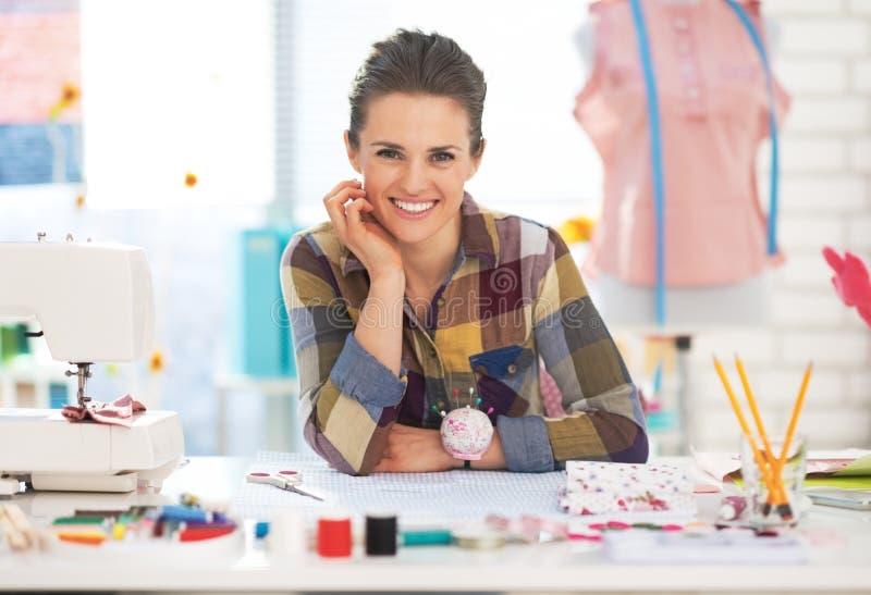 Retrato da mulher feliz da costureira no estúdio fotografia de stock royalty free