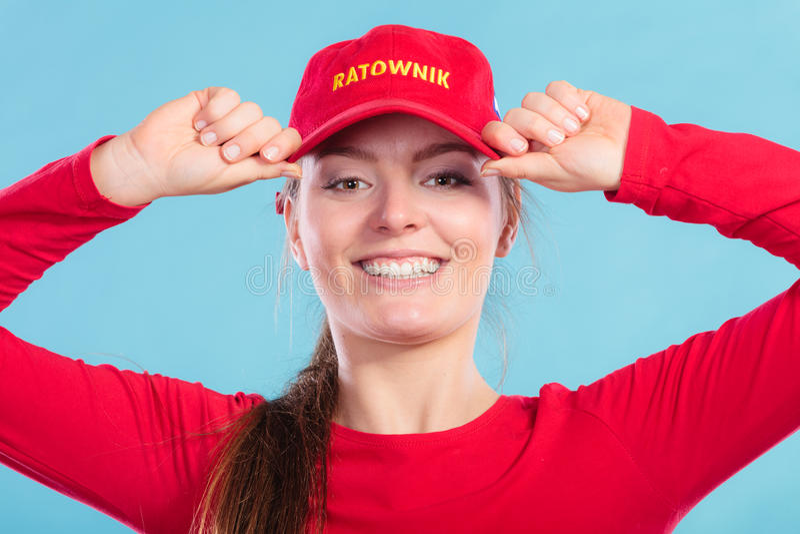 Retrato da mulher feliz da salva-vidas no tampão vermelho imagens de stock royalty free