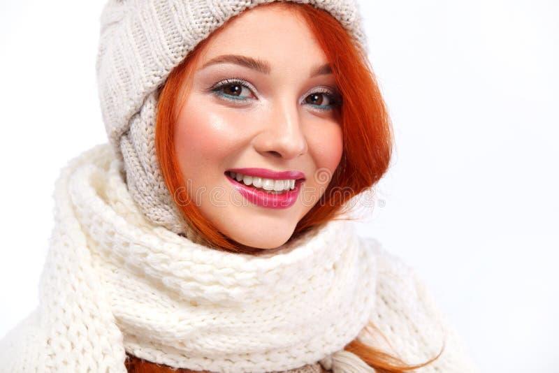 Retrato da mulher feliz do ruivo beautyful no fundo branco com espaço da cópia Conceito do Natal e do ano novo imagens de stock