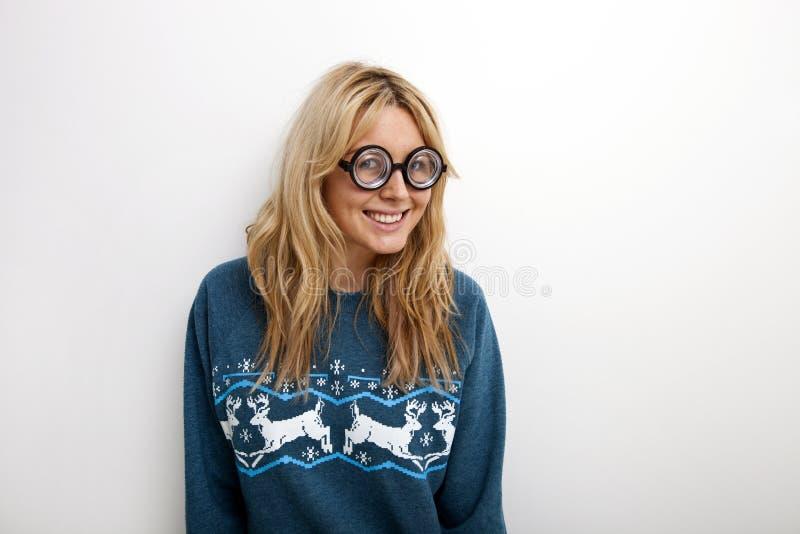Retrato da mulher feliz em monóculos vestindo da camiseta contra o fundo branco fotografia de stock