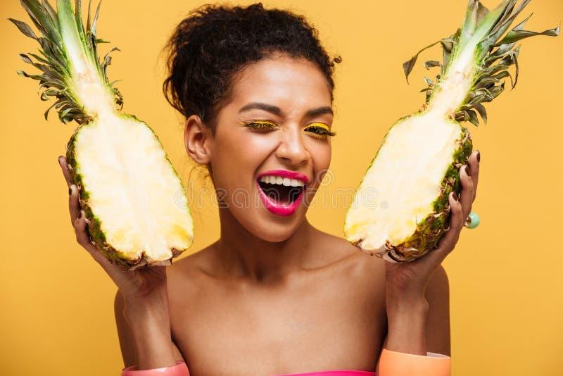 Retrato da mulher feliz da misturado-raça com o holdi da aparência da forma foto de stock royalty free