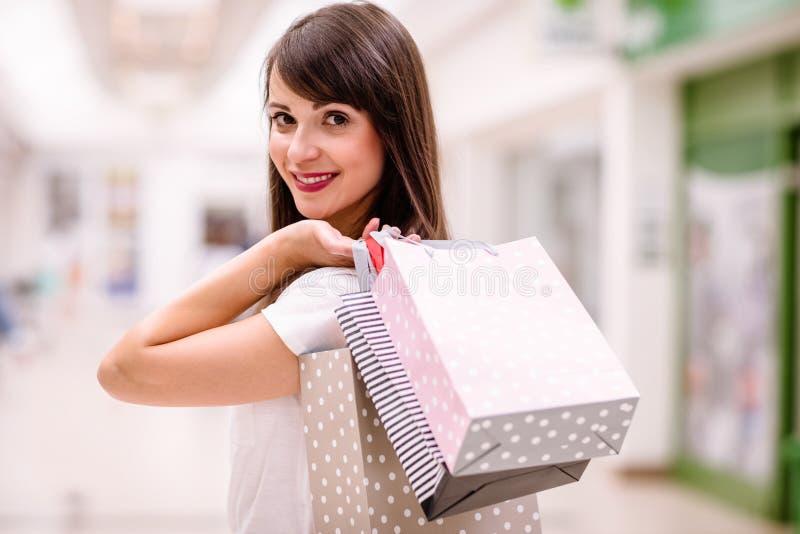 Retrato da mulher feliz que guardara sacos de compras imagem de stock royalty free
