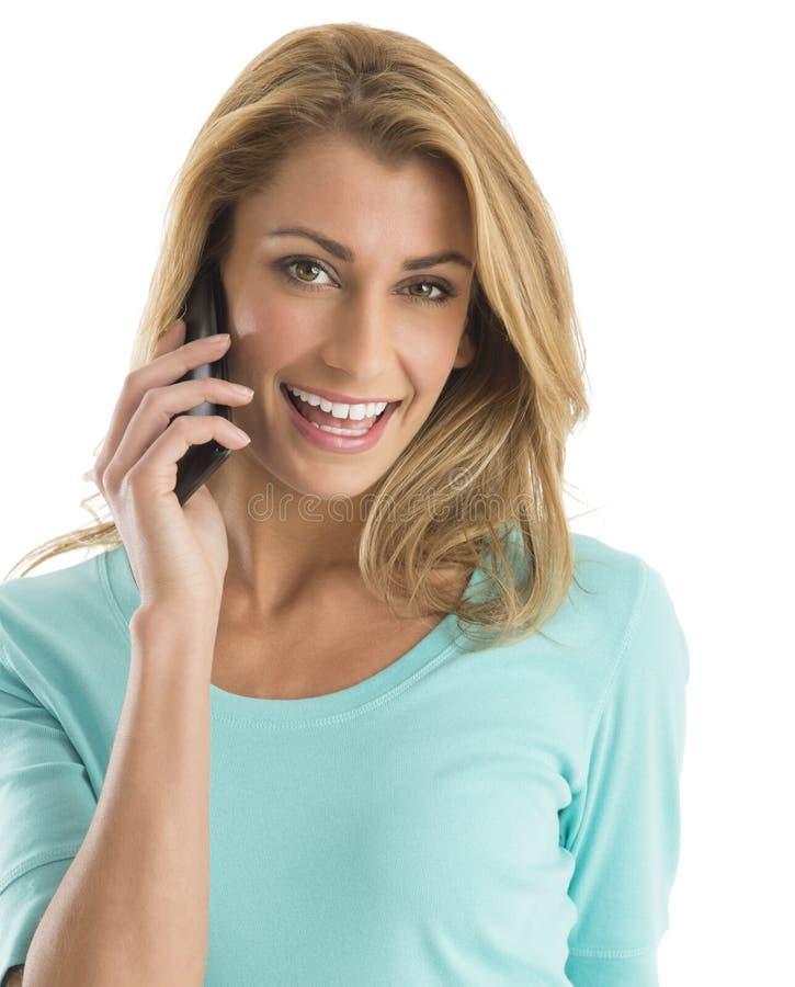 Retrato da mulher feliz que usa o telefone esperto imagem de stock