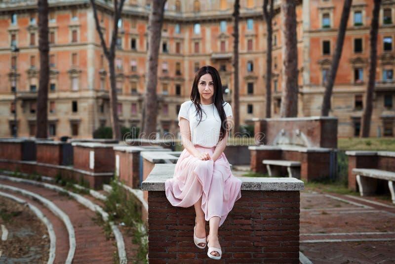 Retrato da mulher da forma do close-up da menina consideravelmente na moda dos jovens que levanta na cidade em Europa, forma da r imagens de stock