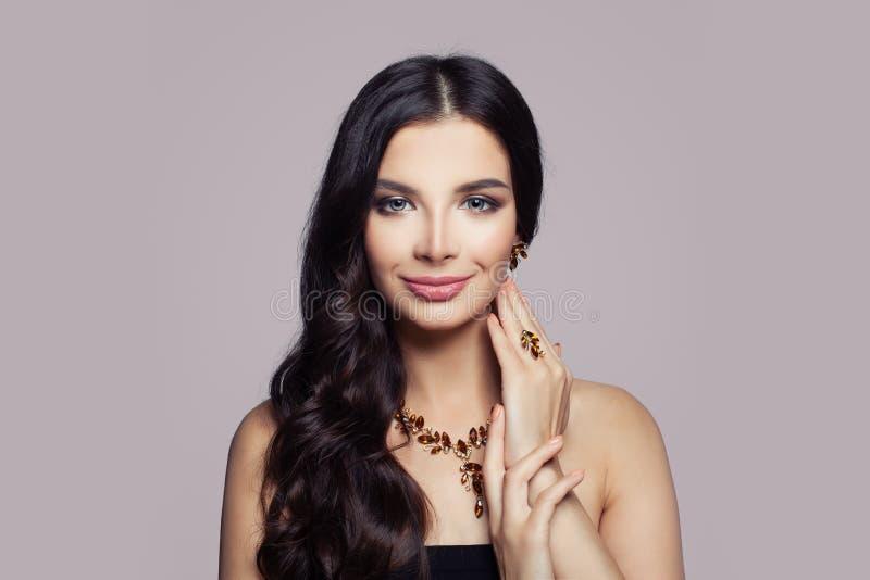 Retrato da mulher da forma Menina com colar, anel e brincos do ouro com âmbar no rosa imagem de stock