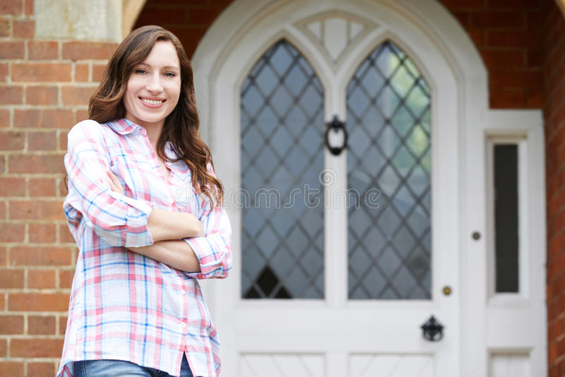 Retrato da mulher Front Door Of Home exterior ereto foto de stock royalty free