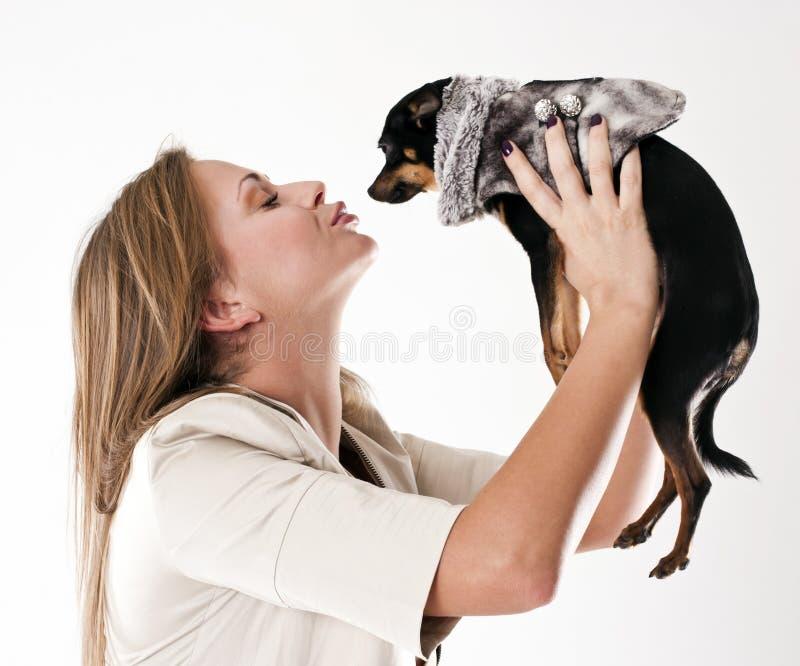 Retrato da mulher glamoroso nova com cão pequeno imagens de stock