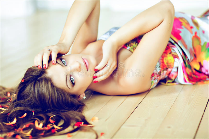 Retrato da mulher gravida bonita do encanto com cabelo longo chique foto de stock