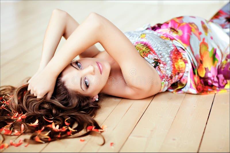 Retrato da mulher gravida bonita do encanto com cabelo longo chique foto de stock royalty free