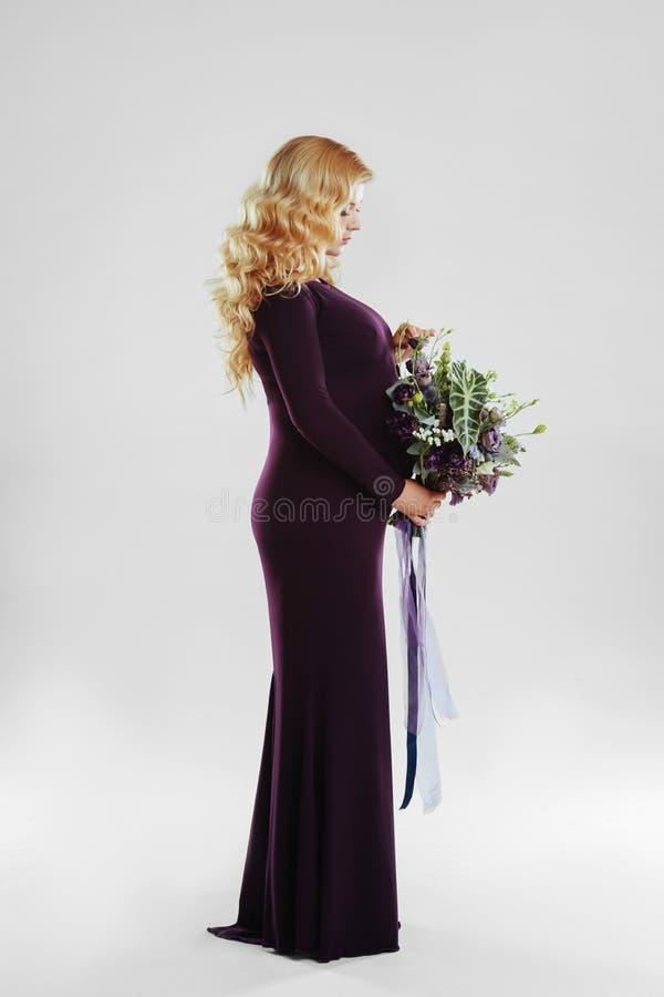 Retrato da mulher gravida nova com a flor grande em sua m?o imagens de stock royalty free
