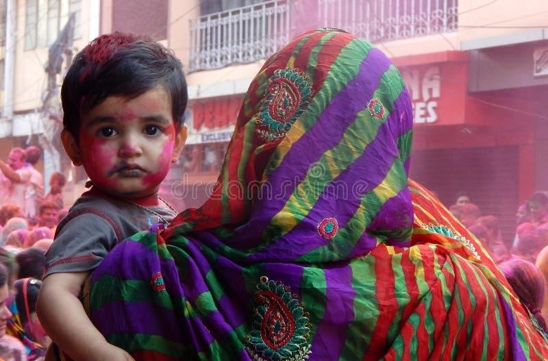 Retrato da mulher hindu e da criança que comemoram o festival de Holi fotografia de stock