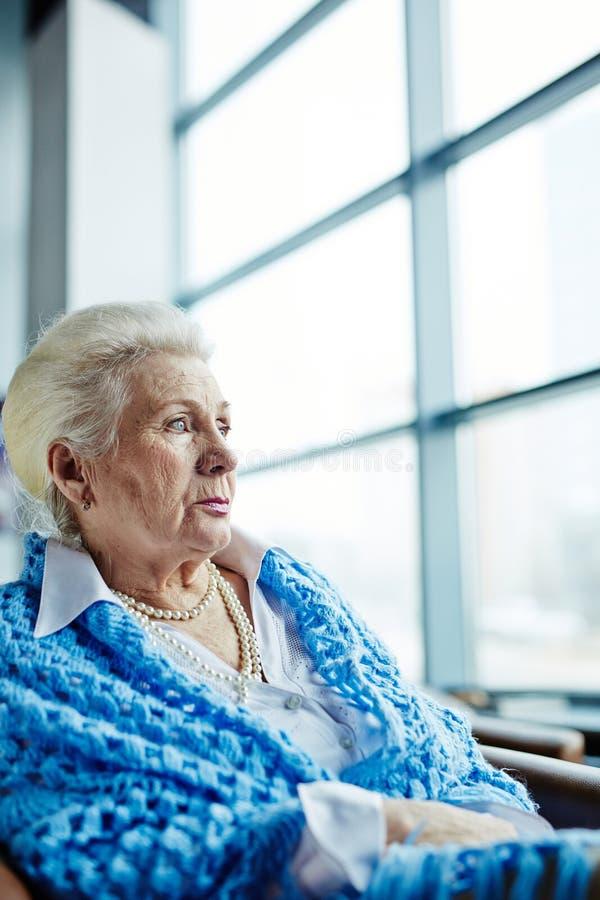 Retrato da mulher idosa bonita imagens de stock