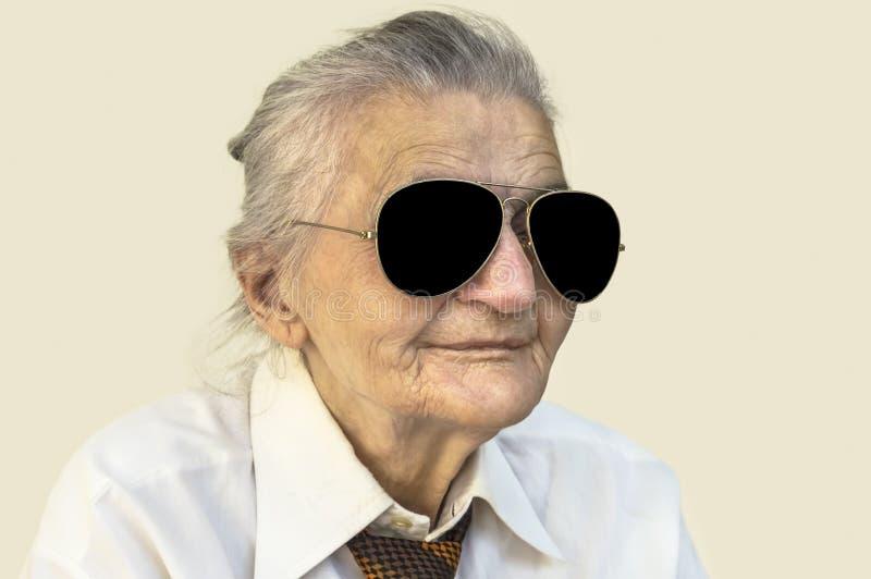Retrato da mulher idosa com óculos de sol imagem de stock