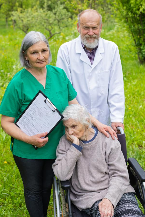 Retrato da mulher idosa com doen?a da dem?ncia fotografia de stock