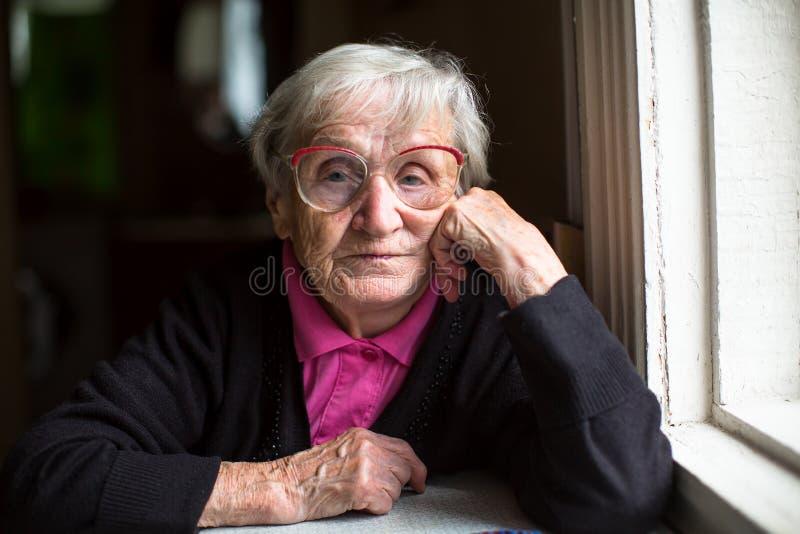 Retrato da mulher idosa com vidros pensioner imagem de stock royalty free