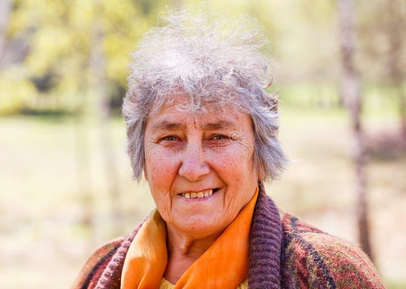 Retrato da mulher idosa de sorriso imagens de stock