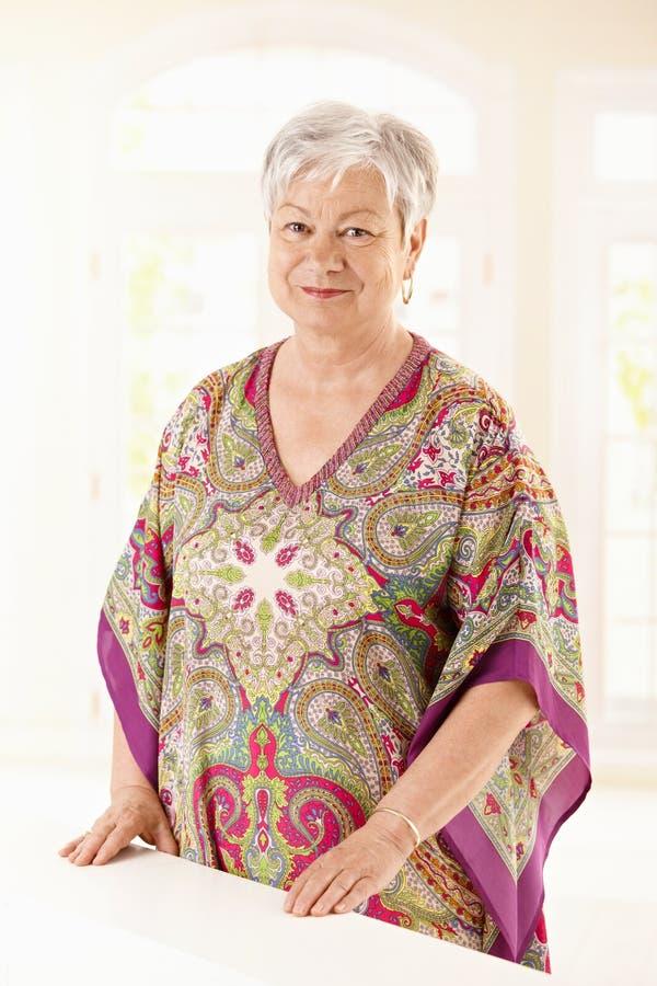 Retrato da mulher idosa em casa foto de stock