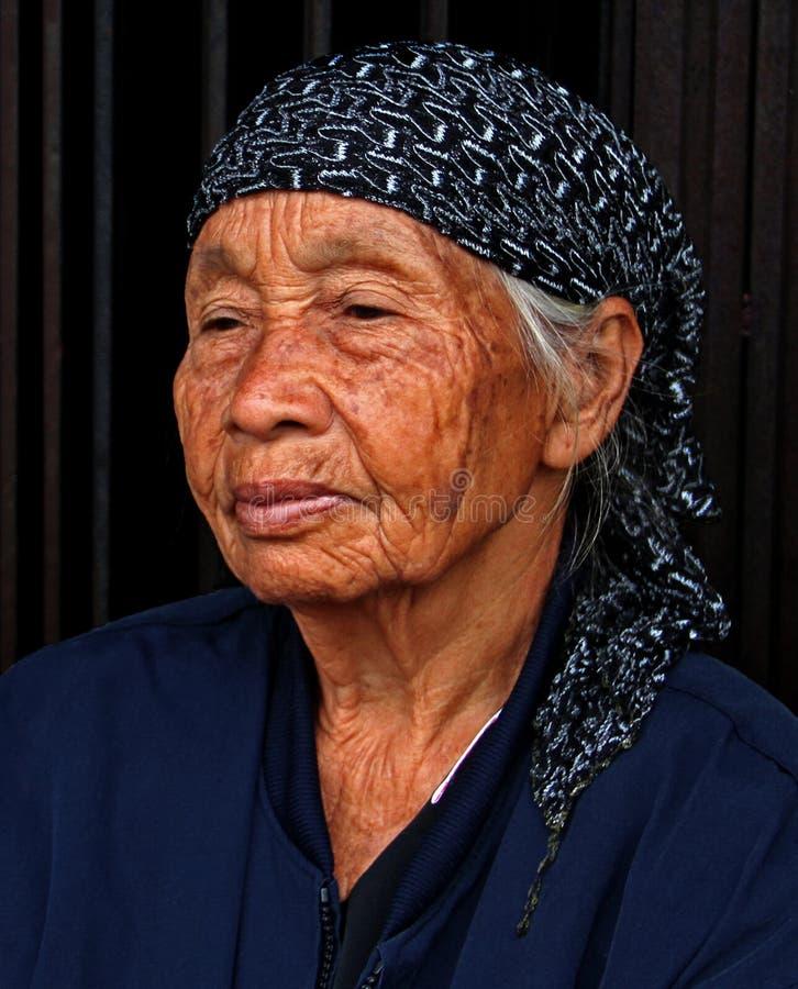 RETRATO DA MULHER IDOSA NA CIDADE INDONÉSIA DE PADANG fotografia de stock royalty free