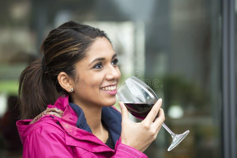 Retrato da mulher latin de sorriso bonita com vidro de vinho tinto imagens de stock