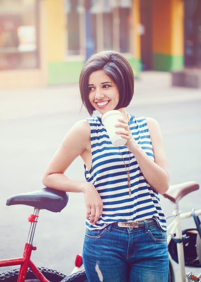 Retrato da mulher latin de sorriso bonita da menina do moderno novo com o prumo do cabelo curto imagens de stock