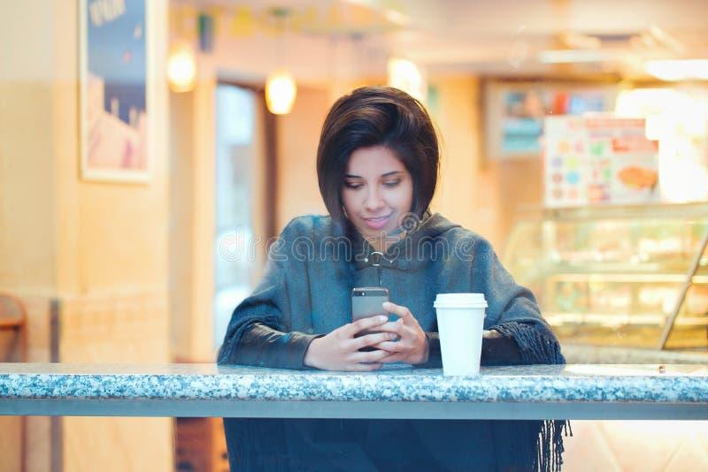 Retrato da mulher latino-americano latin da menina do moderno novo bonito com o prumo do cabelo curto no revestimento cinzento do foto de stock