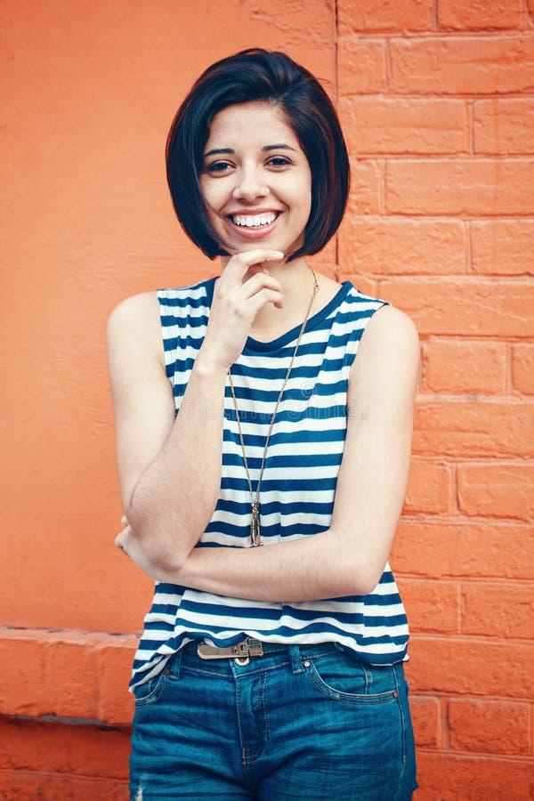 Retrato da mulher latino-americano latin de sorriso bonita da menina do moderno novo com o prumo do cabelo curto fotos de stock