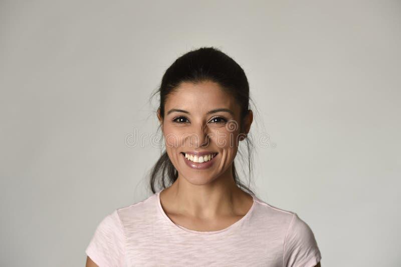 Retrato da mulher latino bonita e feliz nova com o sorriso toothy grande entusiasmado e alegre imagens de stock
