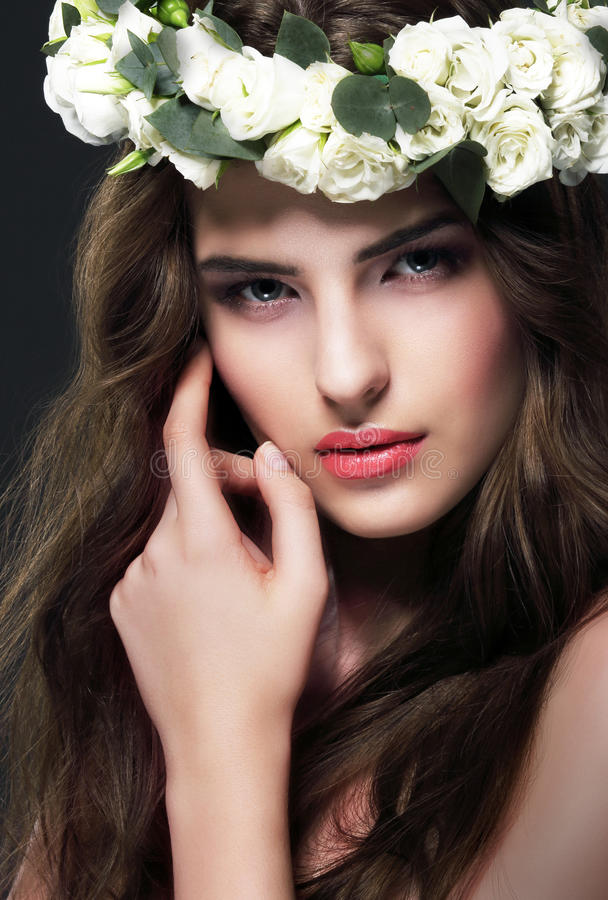 Retrato da mulher lindo com a grinalda das flores fotos de stock royalty free