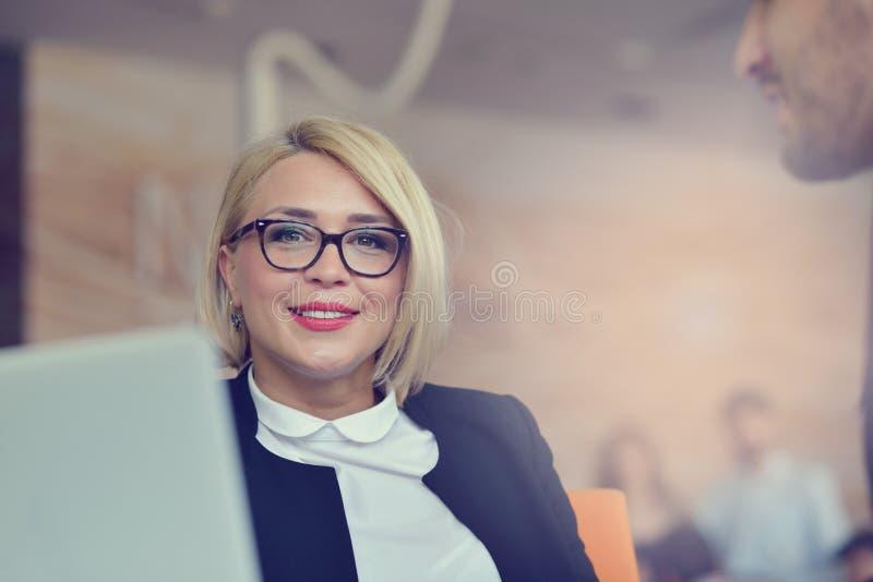 Retrato da mulher loura alegre no escritório fotos de stock