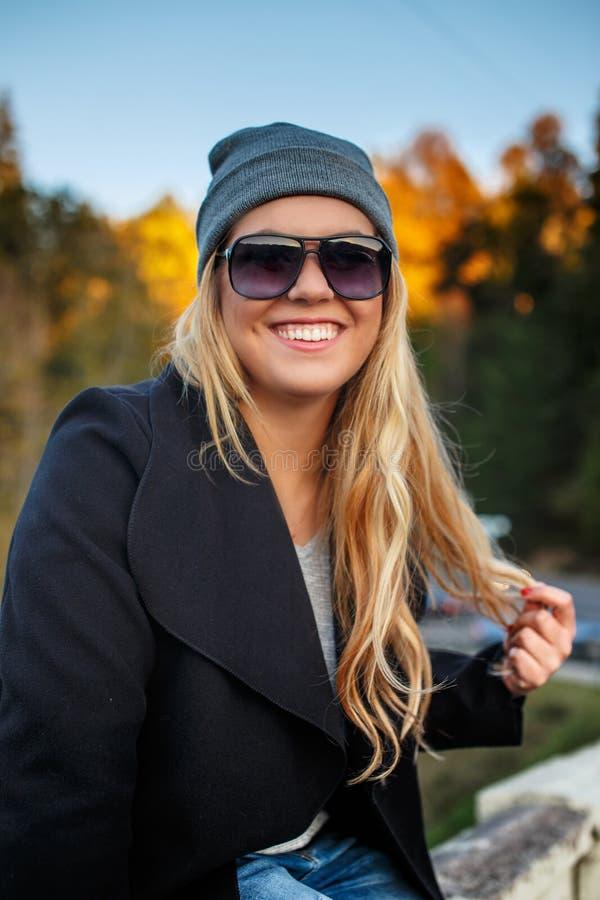 Retrato da mulher loura de sorriso fotografia de stock royalty free