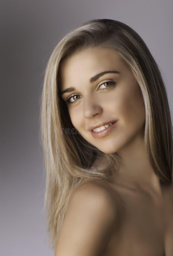 Retrato da mulher loura de sorriso bonita imagem de stock