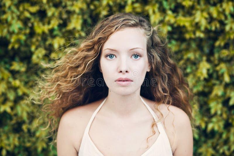 Retrato da mulher loura encaracolado fotos de stock royalty free