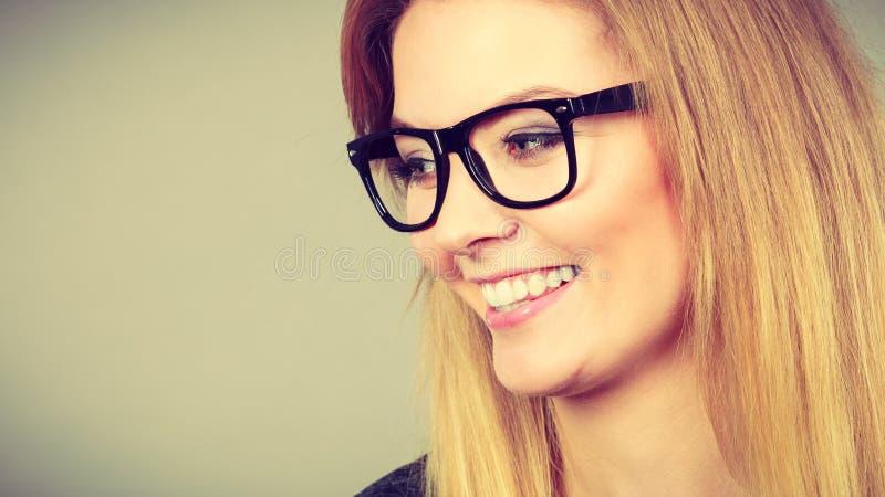 Retrato da mulher loura feliz que sorri com alegria imagens de stock royalty free